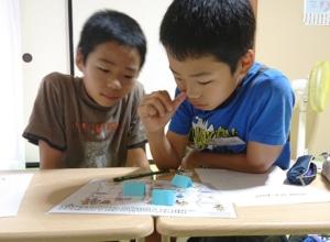 今日の小学生クラスでは、preposition of place 位置を表す英語表現を学びました