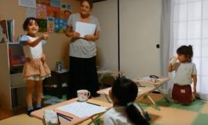 小学生の英語クラス、ジェスチャーゲームで日常生活にある動作を学びました