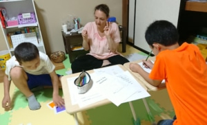小学生の英語レッスン、black、white、light green など色について勉強しました。